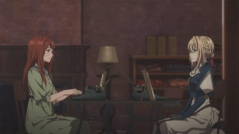 붉은머리칼의 소녀와 바이올렛 에버가든이 테이블위에 서로의 타자기를 올려두고 마주앉아 있다