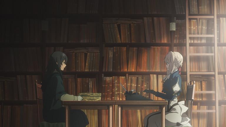 벽장에 고서가 가득 꽂혀있는 서재, 도서관 지기가 읽어주는 대로 타자기의 키보드를 놀리는 바이올렛 에버가든