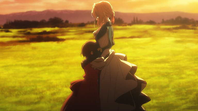 석양이 지는 들판을 배경으로, 자신에게 안겨있는 어린아이를 두팔로 감싸며 서있는 바이올렛 에버그린