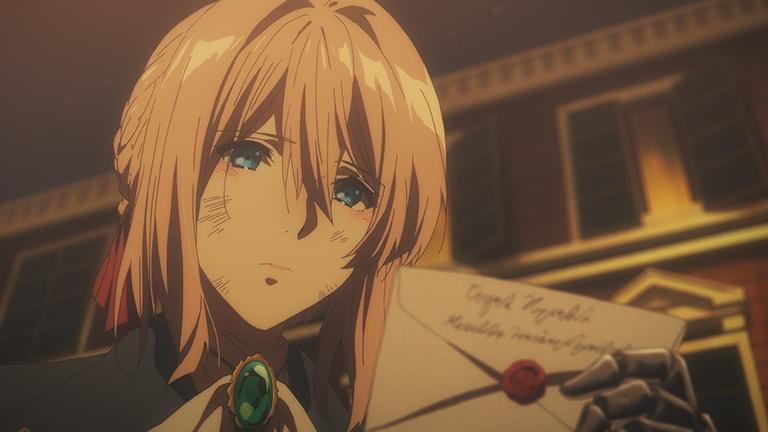 돌보지 않은 머리칼, 얼룩진 뺨, 붉어진 눈시울, 슬픈모습으로 손에든 편지봉투 앞면을 보고있다