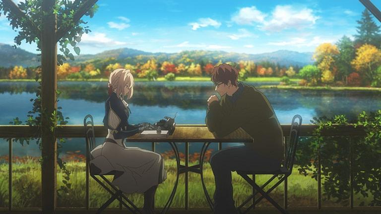 아름다운 가을을 반영하고 있는 호수가 보이는 발코니의 커피테이블에서 작가와 마주앉아 타자기를 두드릭고 있는 바이올렛.