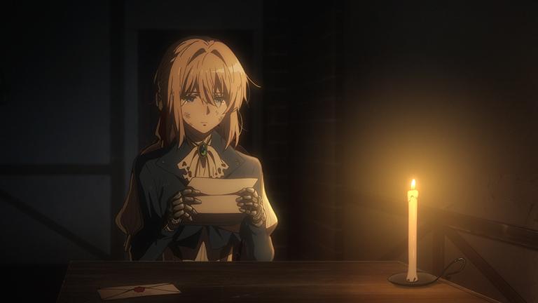 테이블위에 촛불하나가 켜진 어두운방. 바이올렛 에버가든이 기계로된 양손으로 편지를 든 채 읽고 있지만 그녀의 눈에는 눈물이 고여있다