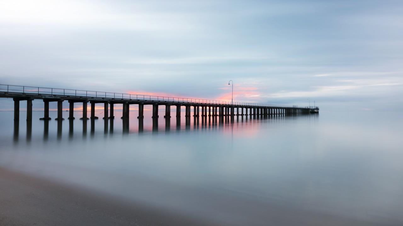 바다를 향해 쭉 뻗어있는 jetty