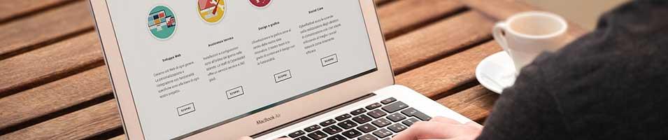 노트북 컴퓨터에 보이는 웹사이트 페이지
