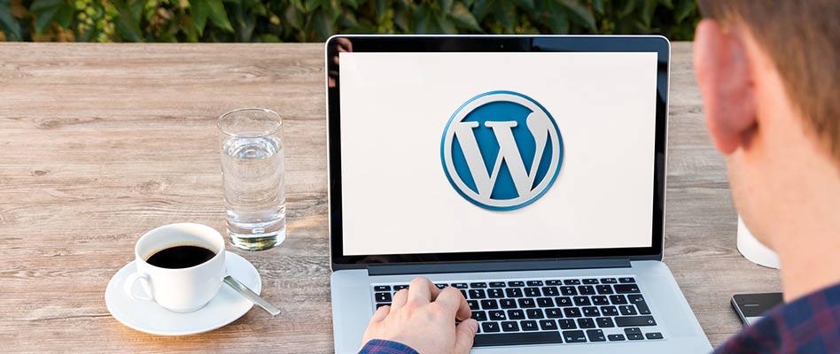 노트북 컴퓨터에 보이는 워드프레스 로고